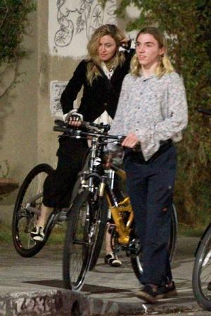 Мадонна на велопрогулке с сыном Рокко