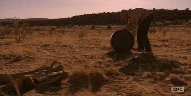 Во все тяжкие. В самом начале сериала Уолт снимает свои штаны, когда он и Джесси впервые готовят мет в пустыне. К концу сериала он возвращается в пустыню, а его штаны — все еще там. Вы можете видеть их в левом нижнем углу