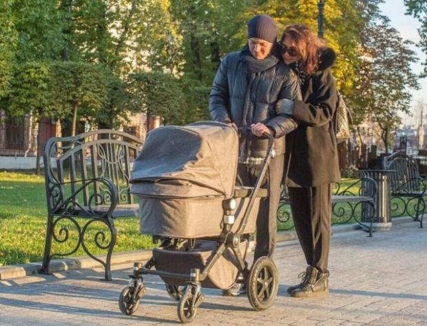 Екатерина Климова и Гела Месхи на прогулке с дочерью