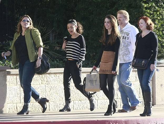 Мила Кунис с друзьями в Лос-Анджелесе