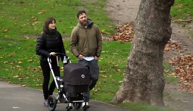 Первая прогулка Тома Харди и Шарлотты Райли со своим новорожденным малышом