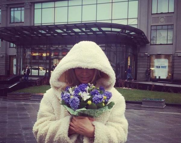 Вера Брежнева сохраняет хорошее настроение даже в плохую погоду
