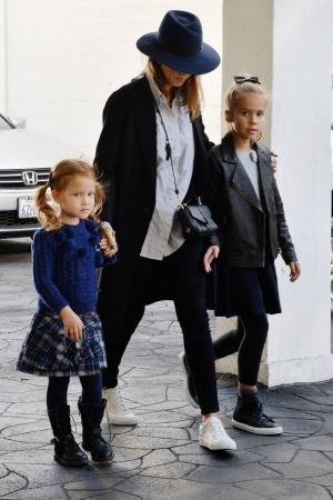 Альба показала подросших дочерей