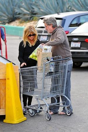 Голди Хоун впервые замечена с помолвочным кольцом