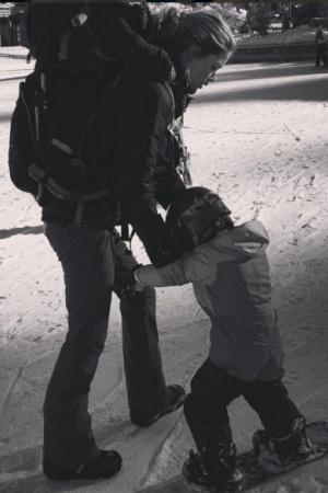 Даутцен Крус учит сына кататься на сноуборде