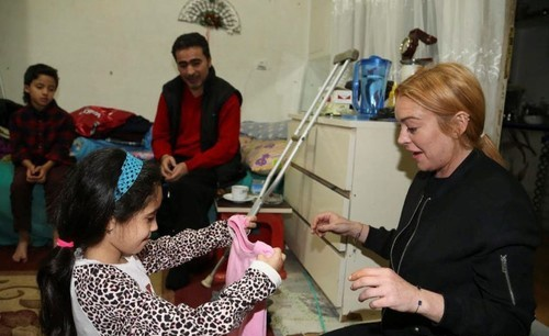 Линдси Лохан навестила беженцев в Турции