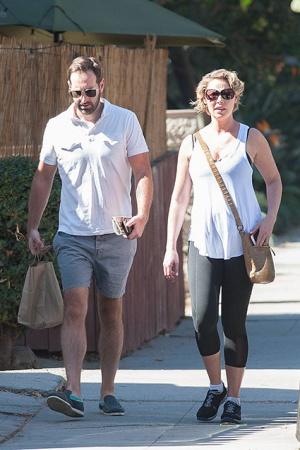 Беременная Кэтрин Хайгл с мужем на прогулке в Лос-Анджелесе