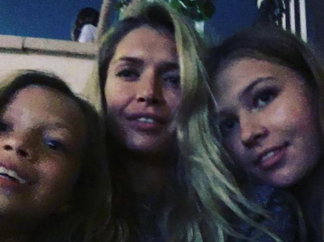 Вера Брежнева отдыхает с дочерьми в Дубае
