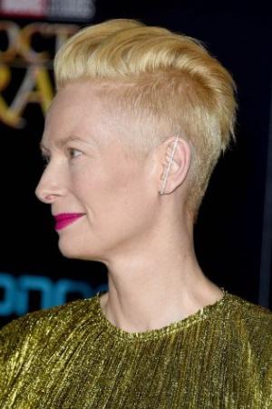 Тильда Суинтон пришла на премьеру фильма в золотом наряде