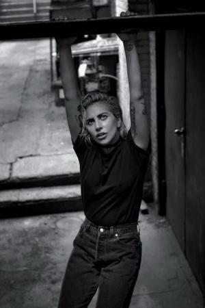 Леди Гага в новой фотосессии предстала в дерзком образе