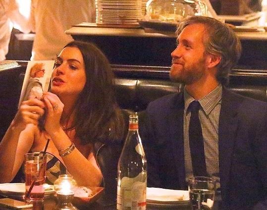 Энн Хэтэуэй с мужем поужинала в ресторане Роберта Де Ниро