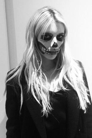 Хэллоуин 2016: Эмма Робертс и Эван Питерс на вечеринке Кейт Хадсон