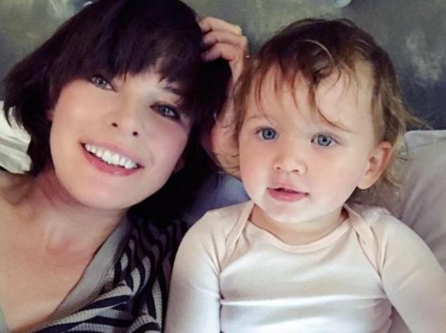 Милла Йовович поделилась милым фото с дочкой