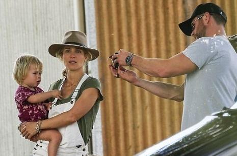 Крис Хемсворт и Эльза Патаки на прогулке с детьми