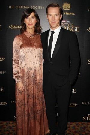 Камбербэтч со своей беременной женой на премьере