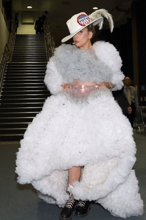 Леди Гага произвела фурор в аэропорту Токио