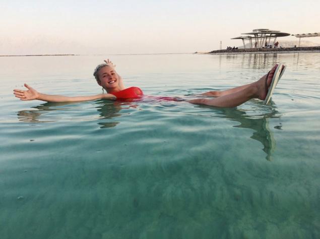 Хейден Панеттьери лечится от послеродовой депрессии на Мертвом море