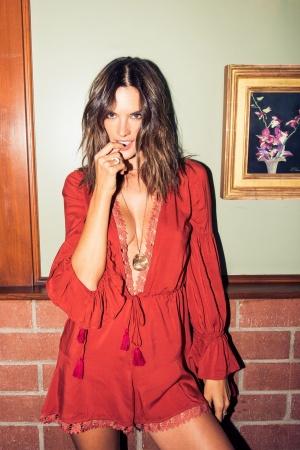 Алессандра Амбросио похвасталась стройностью в яркой фотосессии