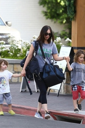 Меган Фокс и Брайан Остин Грин на прогулке с сыновьями