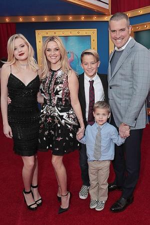 Риз Уизерспун  с семьей на премьере мультфильма