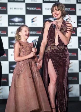 Смотреть фильмы онлайн бесплатно девушка в розовом платьице фото 487-258