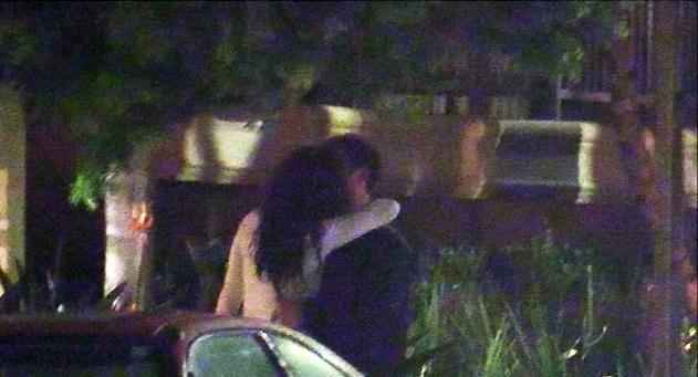 Тоби Магуайр слился в поцелуе с брюнеткой