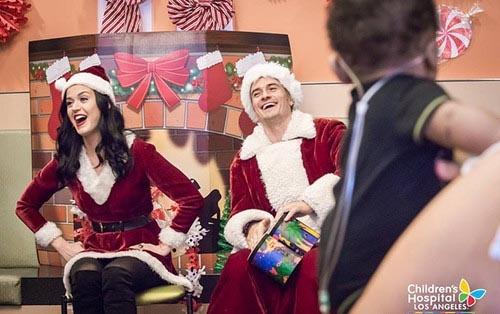 Орландо Блум и Кэти Перри навестили больных детей в костюмах Санты