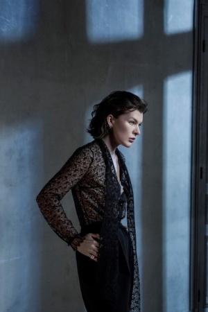 Милла Йовович украсила обложку португальского Vogue