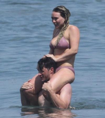 Хилари Дафф с новым возлюбленным на пляже