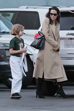 Анджелина Джоли ведёт дочь на карате