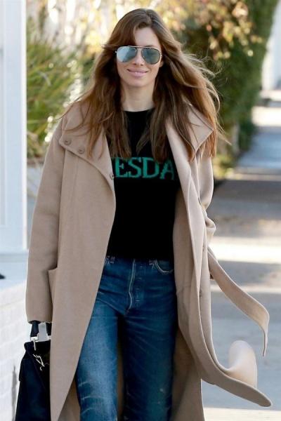 ac4ebd1e27d2c ... у стильному образі: Джессіка обрала для прогулянки джинси-бойфренди та  човники смарагдового відтінку, доповнивши вбрання светром від Alberta  Ferretti, ...