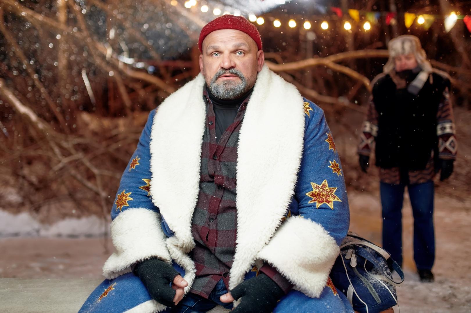 Цього тижня на екрани виходить різдвяна комедія із прикарпатським богатирем Василем Вірастюком «Пригоди S Миколая»