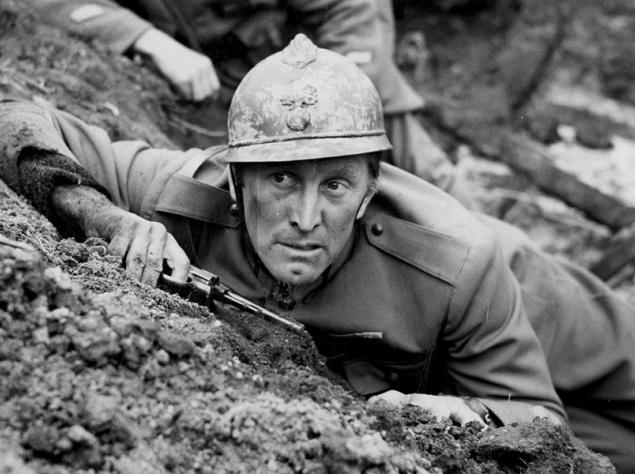 """Кирк Дуглас. Кирк сражался за свою страну с 1943-го по 1944-й — в годы Второй мировой войны. Тогда он ещё не был обладателем """"Золотого глобуса"""" и номинантом на """"Оскар"""", а выступал на Бродвее. Будущую звезду развернули на призывном пункте из-за проблем со зрением. Но он не сдался и тут же купил учебник """"Зрение без очков"""", практика по которому позволила ему вступить в армию спустя три месяца. В итоге юношу направили в подразделение связи на Тихоокеанский флот. В 1943 году он получил лёгкое ранение, в результате чего оказался в госпитале, где встретил свою любовь Дайану Дилл и женился на ней. Чуть позже он заболел дизентерией, и его комиссовали. Спустя два года после службы Дуглас отправился покорять большой экран и получил свою первую роль в фильме """"Странная любовь Марты Айверс"""". Это был отличный старт, который впоследствии сделал из него настоящую икону."""