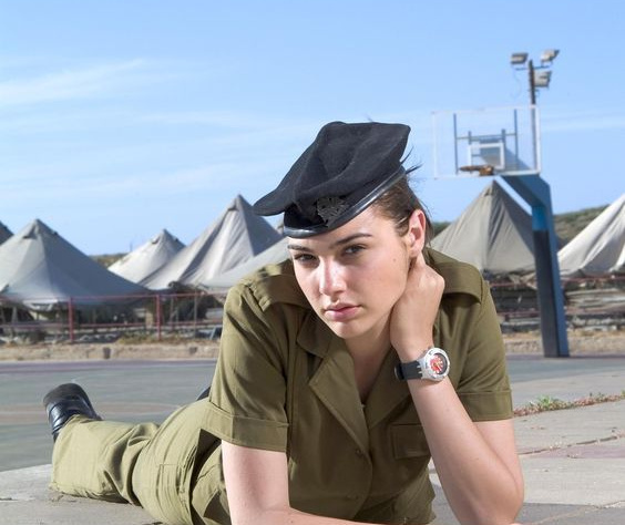 """Галь Гадот. Гадот подтвердила звание Чудо-женщины ещё задолго до того, как ей досталась роль принцессы Дианы с Темискиры. Для жительниц Израиля служба в армии — такой же гражданский долг, как и для мужчин. Юная Гадот к 18 годам уже успела заслужить звание """"Мисс Израиль"""", после чего на два года отправилась в армию. Там она занималась активной работой над своим телом и обучалась владению оружием. Именно на службе случился поворотный момент в её модельной карьере. Редакция журнала Maxim по инициативе МИДа Израиля поместила фото Гадот на обложку, после чего к ней пришёл бешеный успех. Актриса и сейчас продолжает активно осваивать новые боевые искусства и в буквальном смысле сражает мужчин наповал."""