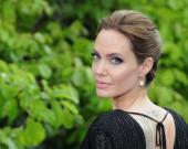 Джоли позировала в экстремальном декольте