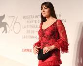 Моника Беллуччи подчеркнула талию корсетом на обложке глянца