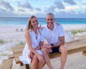 Риз Уизерспун показала редкое фото со своим мужем возле океана