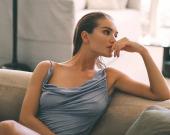 Роузи Хантингтон-Уайтли снялась в стильных платьях в новой фотосессии